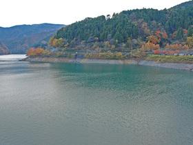 紅葉の奥多摩湖