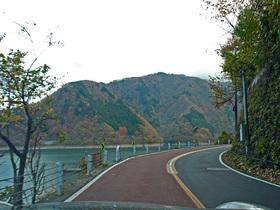 紅葉と奥多摩湖沿いの道路