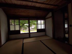 2階の窓の外はまた山本元帥の胸像