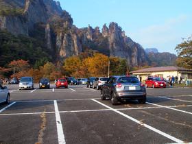 駐車場から屏風岩を望む