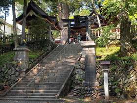 随身門から続く参道の拝殿正面