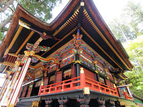 拝殿の鮮やかな装飾