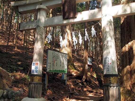 登山道入り口の鳥居