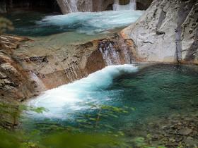 エメラルドグリーンの滝壺
