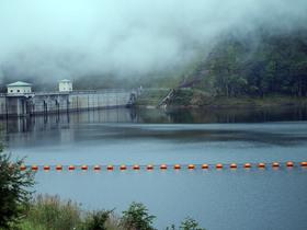 霧につつまれる乙女湖(琴川ダム)