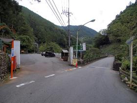 日原街道沿いのTOKYOトラウトカントリー入り口駐車場