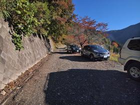 登山口正面の路肩駐車スペース