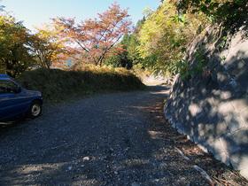 登山口から見る走行してきた砂利道の様子