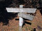 鷹ノ巣山避難小屋地点の道標
