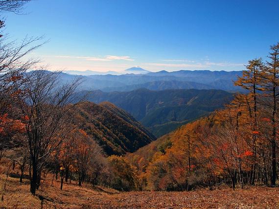 鷹ノ巣山山頂手前の石尾根からの眺望