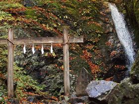 綾広の滝と鳥居