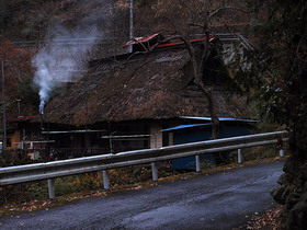 浅間林道沿いの茅葺屋根の古民家