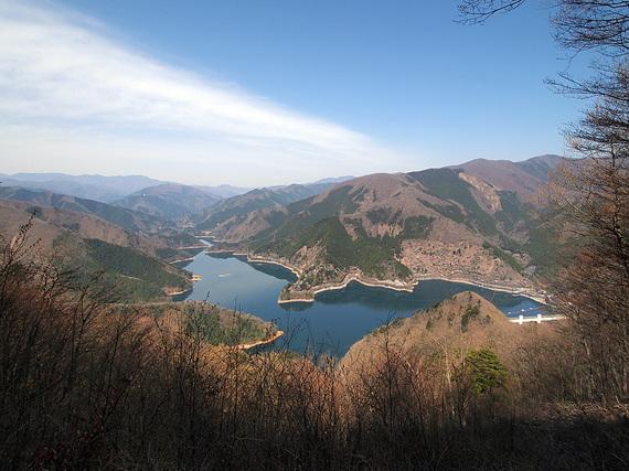 サス沢山から奥多摩湖の眺望