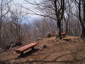 御前山山頂のベンチ
