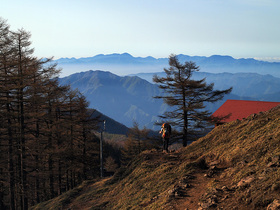 雲取山避難小屋とその眺望