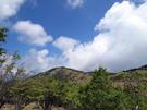 青空の雲がかかる大菩薩嶺方面