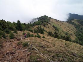 神部岩から通路を見下ろす