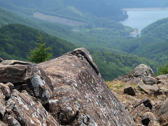 お立ち台の岩と大菩薩湖