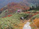 階段から平標山ノ家を見下ろす