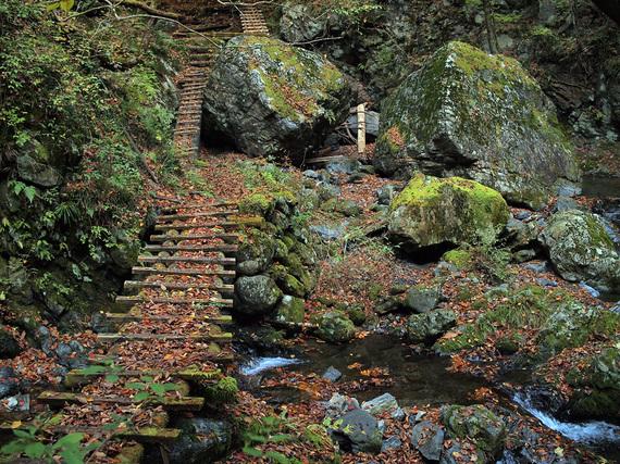 岩を支柱にした木橋