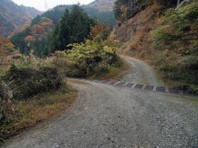 林道から広場に入る入口(左の通路)
