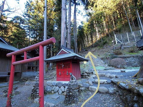 養澤神社右側が登山道入口