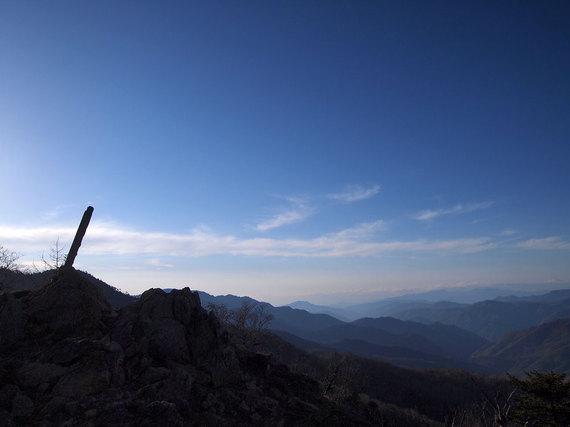 明け方の笠取山山頂標