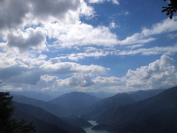 サス沢山から奥多摩湖の眺望(下山時、14時30分)