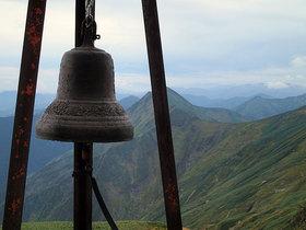 肩の小屋前の鐘