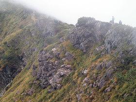 西側の谷から霧が立ち昇る