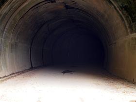 真っ暗なトンネルに突入