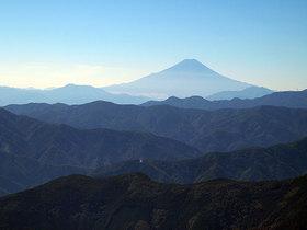 鷹ノ巣山のまき道から望む富士山