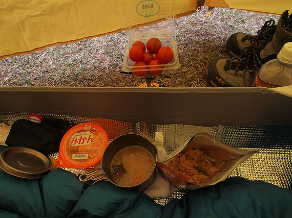 テント内で夕食