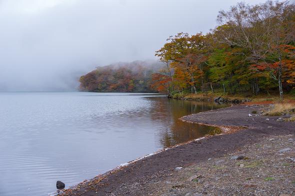 霧が立ち込める大沼