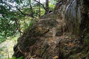 絶壁の登山道