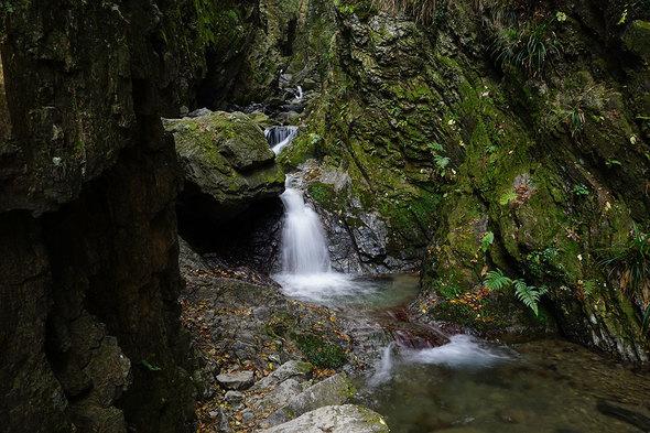 両側に奇岩が迫る白谷沢