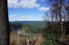 滝ノ平尾根の休憩スポットから有間ダム方面の眺望