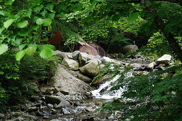 川沿いにオシャレなキャンプスタイルがあちこちに点在!