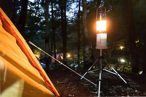 ランタンの灯りが広がる夕方の道志の森オートキャンプ場