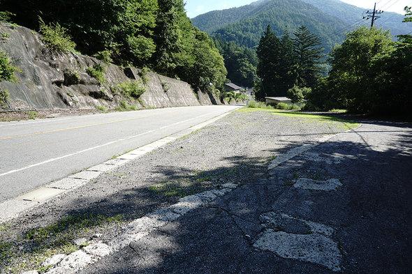 鶏冠山登山口、落合の駐車スペース