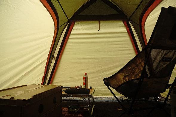 突然の夕立に見舞われ、テントの中で待機。