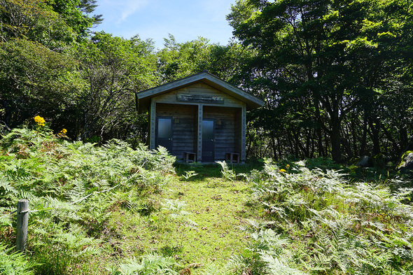 無線中継所鉄塔下の東屋奥に設置されているきれいな公衆トイレ