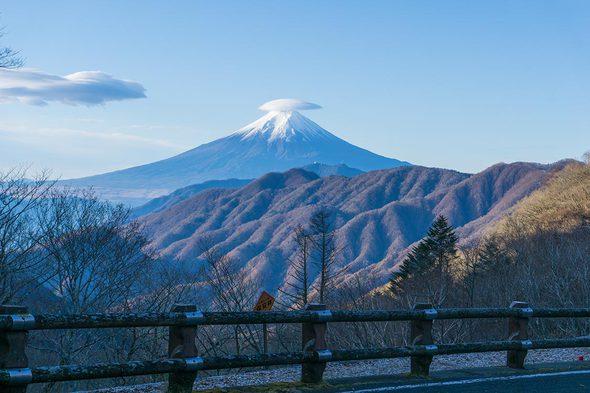 大峠駐車場から富士山の笠雲を望む