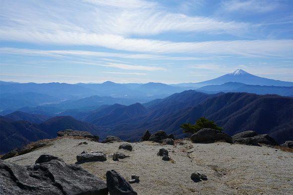 白谷ノ丸下の白砂スペースから望む富士山