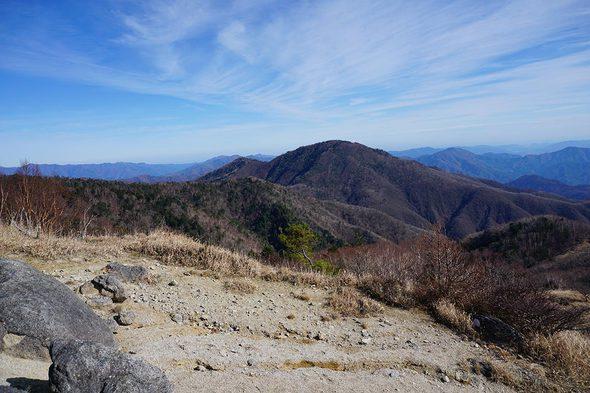 白谷ノ丸から隣の雁ヶ腹摺山を望む
