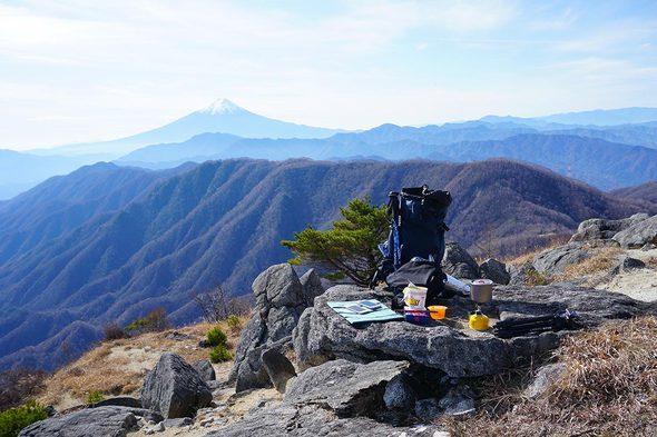 白谷ノ丸下の白砂と岩の昼食スポット