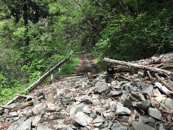 林道御岳線の土砂崩れの様子(駐車スペースから登山口に向かう途中)