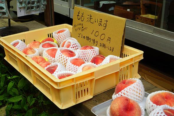 大菩薩峠の売店で販売されている1個100円の大きな桃