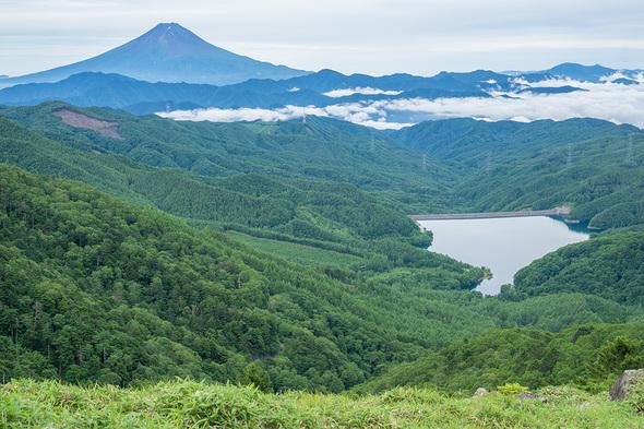 親不知ノ頭から大菩薩湖と富士山の眺望