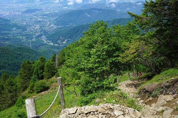 雷岩から福ちゃん荘につながる山道